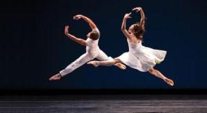 Парень танцует возле колледжа — img 14