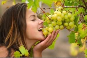 к чему снится есть виноград