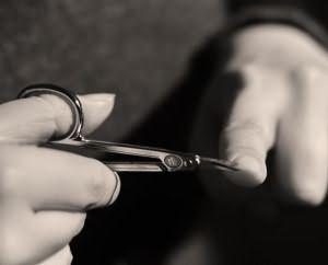 Как на правой руке подстричь ногти