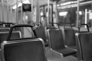 rukoy-pod-plate-v-avtobuse