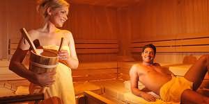 смотреть бесплатно девки мылись в бане и кним зашел парень