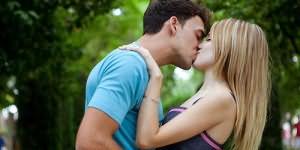 Девка с парн м целуеться и занемаеться сексом