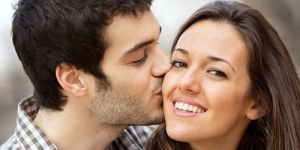 целовать девушку в щеку