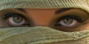 Жене завязал глаза и позвал друга — 14