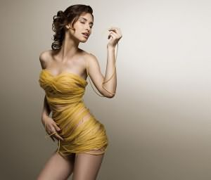 С связанной девушки срывают одежду