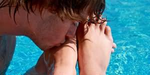 Женщины прилюдно заставляют целовать ноги