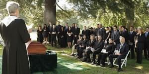 быть на похоронах