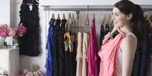 Фото женщина раздевается и одевает дырявую одежду фото 608-818