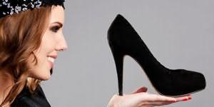примерять черные туфли