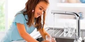 набирать воду из под крана