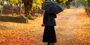 женщина в черной одежде
